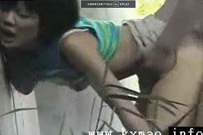 【盗撮動画】橋の下で素人カップルがおっぱいもアソコも丸出しで立ちバックでナマ挿入されてすげェピストンしまくってるところ盗撮したったw【無修正】