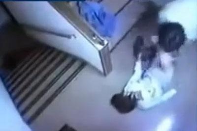 【盗撮動画】非常階段に設置された防犯カメラで完全盗撮!リアル素人OLが男にレイプされナマ挿入されちゃってる決定的瞬間!