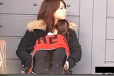【盗撮動画】街中で見かけたぐぅカワ美少女ミニスカ素人ギャル、タオルで隠してますがパンティー見えちゃってるんでずっと隠し撮りしちゃいましたw