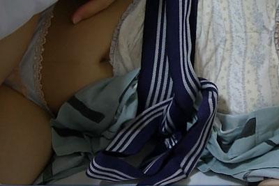 【盗撮動画】温泉同好会サークルのJDが浴衣姿で旅館で眠っているところに潜入して盗撮!パンティーめくって陰毛丸出し状態で撮っちゃいました!w