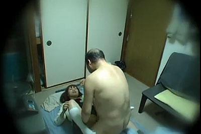 【盗撮動画】行くところがない家出JKをアパートに泊めてあげた独身キモデブハゲおっさんが寝取って強制フェラして無理やりナマ挿入してるところを隠し撮り!w