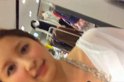 【盗撮動画】デパート靴売り場の超絶カワイイ素人ギャル店員さんにプレゼント選ぶふりしてサンダル彼女に履いてもらってる胸の谷間や美尻を盗撮しちゃったw