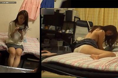 【盗撮動画】美人OLの一人暮らし盗撮で撮られちゃった、ベッド角にアソコこすりつけてから全裸で美乳晒してM字開脚手マンするクセの強いオナニーw