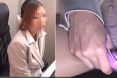 【盗撮動画】仕事バリバリがんばってるキャリアウーマン系の茶髪美人素人OLちゃんの会社のデスク下に隠しカメラ仕掛けたら残業中にローターオナニーしてましたw