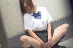 【盗撮動画】学校の校舎裏で純白パンティーずらして激しく手マンしながら野外オナニーしてる素人美少女JK発見して隠し撮りしまくりましたw