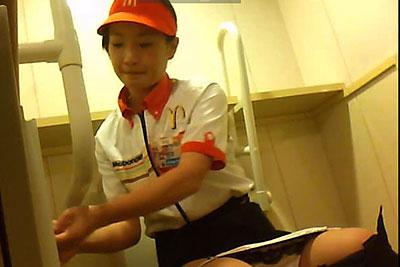 【盗撮動画】あのファストフード店のトイレに隠しカメラ設置しちゃったら一生懸命働く制服美少女の放尿シーン撮れちゃいましたw