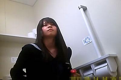 【盗撮動画】制服スカートの下にジャージも履いちゃう地方の田舎町のリアル素人美少女JKの放尿シーンをショッピングモールトイレに仕掛けた隠しカメラで盗撮!w