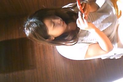 【盗撮動画】某オシャレなカフェの女子トイレに隠しカメラを仕掛けてカップルの素人超カワ彼女がスマホ弄りながら無防備に放尿してるところゲトーーっ!w