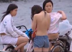【盗撮動画】海の堤防のところでおっぱい丸出しで水着に着替えちゃってる地元のJKたちを発見したので、チャンスとばかりに物陰から完全盗撮しちゃいました!