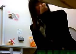 【盗撮動画】お店のトイレに隠しカメラ仕掛けたらリアル制服JKの放尿シーン撮れたんですけど、無防備すぎて鼻クソほじりながらおしっこしてますw