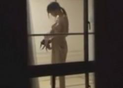 【盗撮動画】二階の和室で夜パジャマに着替えるスタイル抜群の女の子。カーテン空いてるから丸見えで盗撮し放題ですよww