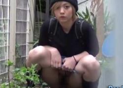【盗撮動画】服飾系専門学生的なニット帽被った金髪っ娘。おしっこ我慢できずにビル陰で放尿。ボクそれ盗撮w【無修正】