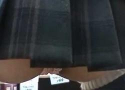 【盗撮動画】買い物に夢中になっている制服JKをお店の中でパンチラ盗撮したら、Tバックだとわかりしゃがんだ瞬間アナル見えそうになっちゃった件ww